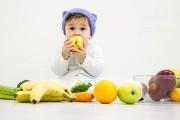 میوه خوردن نوزاد از چند ماهگی و با چه میوه هایی باید شروع شود؟